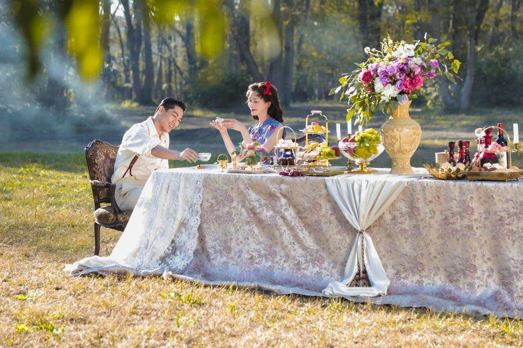 AKIRA(左)和林志玲在草原野餐,像極了王子與公主。圖/志玲姊姊慈善基金會提供