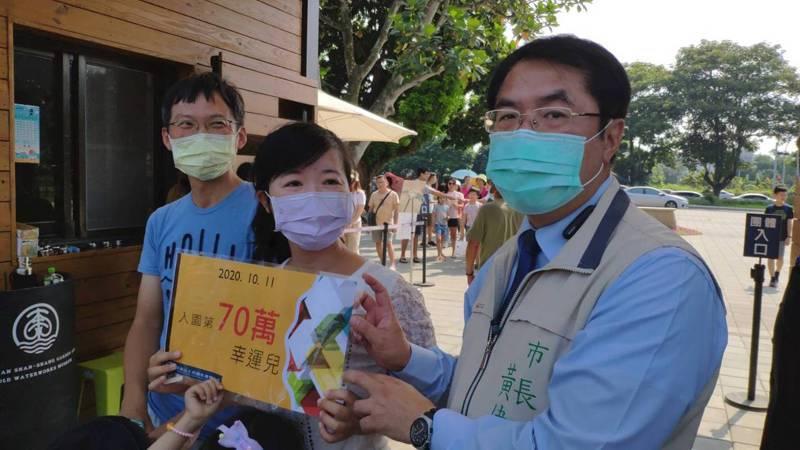 國慶焰火交通疏散慢挨轟,台南市長黃偉哲(右一)表示他來承擔,未來大型活動疏散計畫列為第一優先。記者謝進盛/攝影