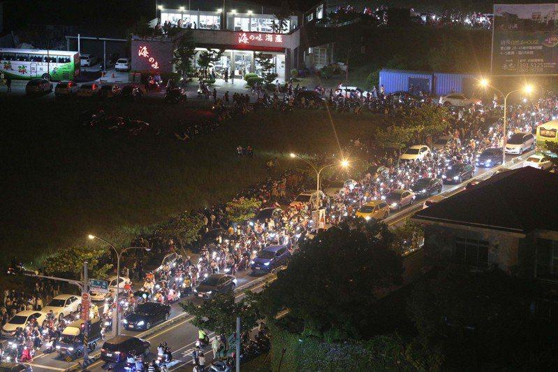 台南國慶焰火湧入42萬人,現場人潮擠爆,散場後從高空往下望盡是滿滿人潮。記者劉學聖/攝影