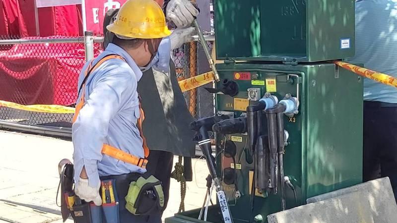 台中市總站夜市用材料堆積場名義申請,轉接電使用,上午被台電斷電。圖/台電提供