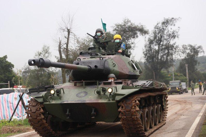 烈嶼戰車連的M41A3戰車在道路上機動。圖/取自陸軍司令部臉書