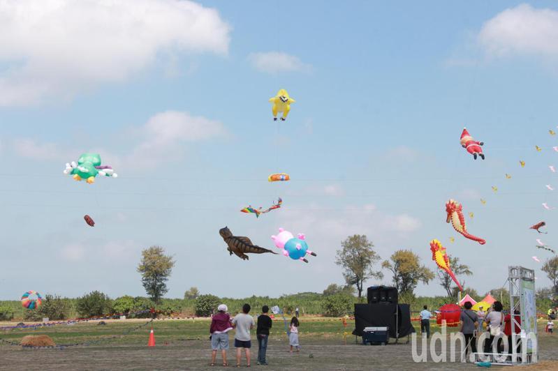 彰化縣二林鎮公所首次舉辦大型風箏節活動,今天在二林高中預定地儒林公園北側登場,吸引許多民眾參加。記者林宛諭/攝影