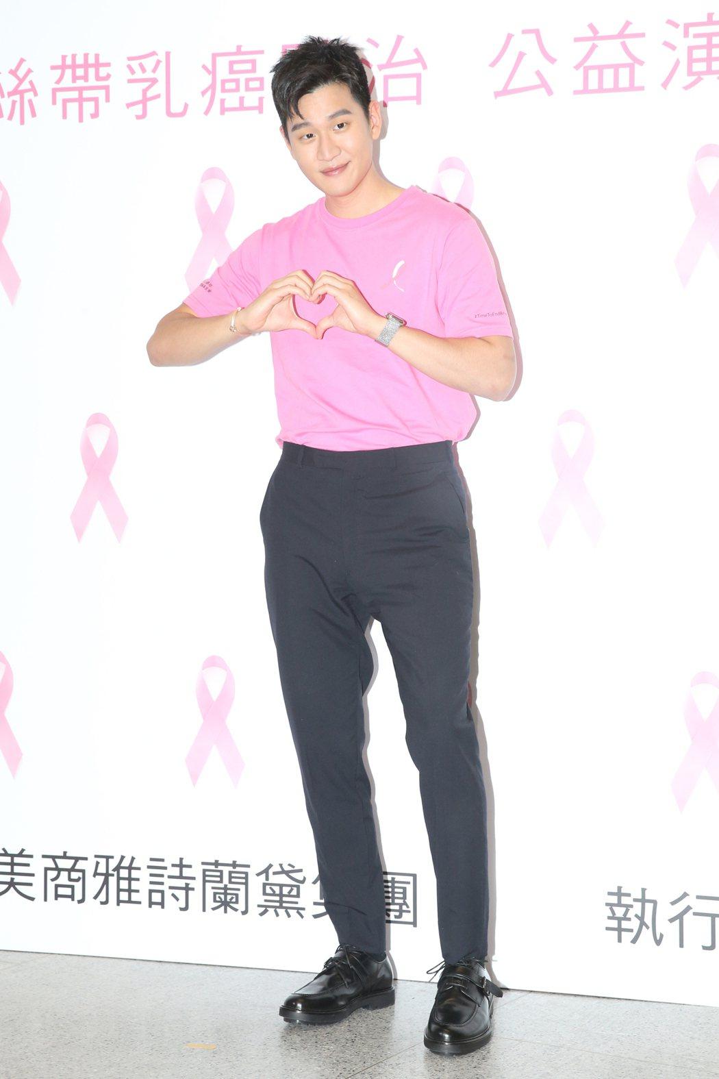 化妝品品牌舉辦防治乳癌線上公益演唱,邀請周興哲(圖)在公益演唱會上獻聲響應,為終...