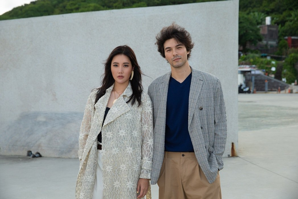 A-Lin(左)邀來鳳小岳合作新歌MV。圖/索尼音樂提供
