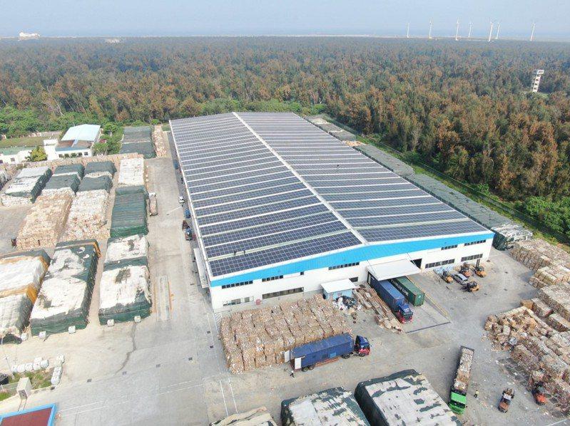 太陽光電目標設定屋頂型6GW、地面型14GW,當初屋頂型目標設得低,因此輕易達標。圖為正隆在台中轉運倉加裝太陽光電,提升再生能源發電量。圖/正隆提供