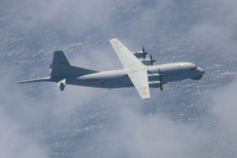 國防部今天表示,中共解放軍今日(11)又有一架運8反潛機進入我西南空域防空識別區活動,空軍派遣空中巡邏兵力應對,同時啟用廣播驅離、防空飛彈追監等措施。圖/國防部