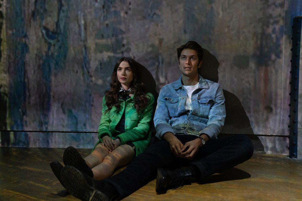 莉莉柯林斯與法國新銳男星盧卡斯巴禾「艾蜜莉在巴黎」有段浪漫戀曲。圖/Netfli...