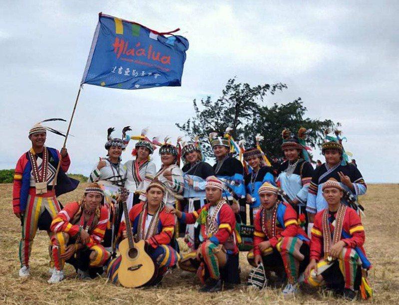 今年高雄聯合豐年節活動以高雄在地族群拉阿魯哇族為主題,透過表演展現族群文化的認知及守護。圖/高雄市原民會提供