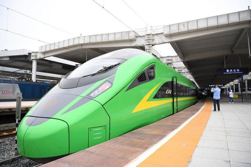 10月11日,重慶北至西寧首趟「綠巨人」復興號動車準備發車。這是重慶首次開行「綠巨人」動車組列車到青海省。(新華社)