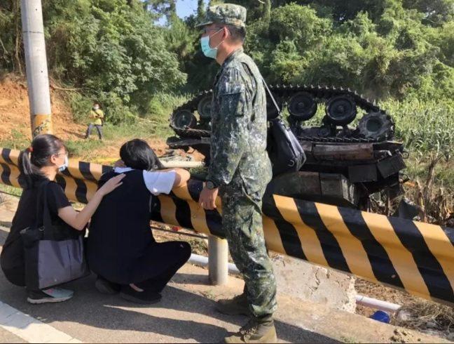金防部烈嶼守備大隊一輛M41A3戰車日前發生翻覆意外,造成一死一傷,中士車長林楷強不幸殉職。家屬在現場招魂時悲痛萬分。圖/本報資料照