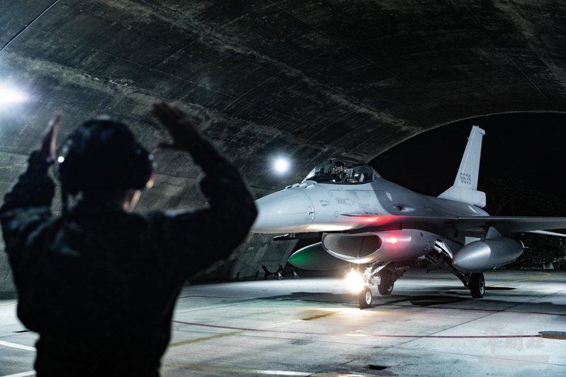 空軍F-16A/B型戰機陸續進廠性能提升為F-16V,軍媒今日披露,F-16V安裝新型AN/APG-83主動相位陣列雷達(AESA)後,從更遠的距離就能掌握各種航機動態,提前預警,新配備的任務電腦也整合聯合作戰指揮管制系統,可在空中建立共同作戰圖像。圖/軍聞社
