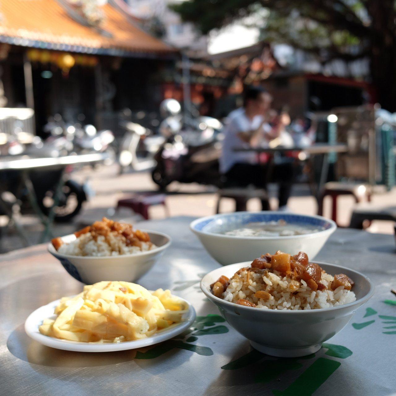 原汁排骨湯配上一碗魯肉飯,就是古早的好滋味。 圖/黃仕揚 攝影