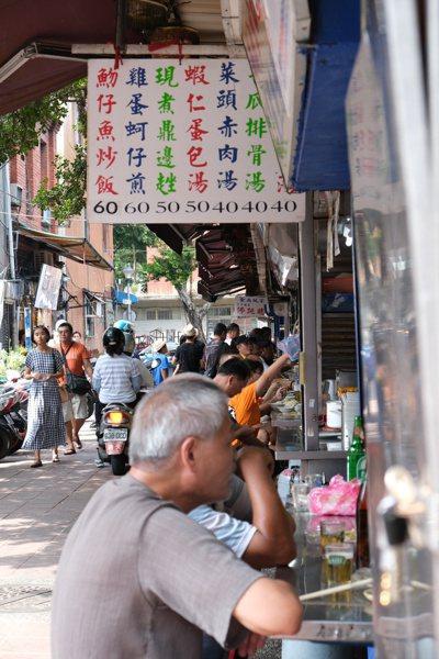 大稻埕慈聖宮媽祖廟是台北僅存的廟埕早市。 圖/黃仕揚 攝影