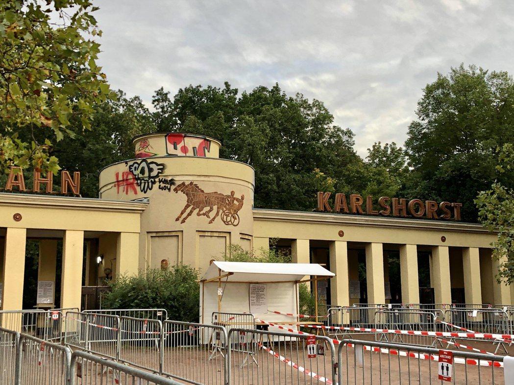 賽馬場市集入口,門票只要2.5歐元。 圖/許育華攝影