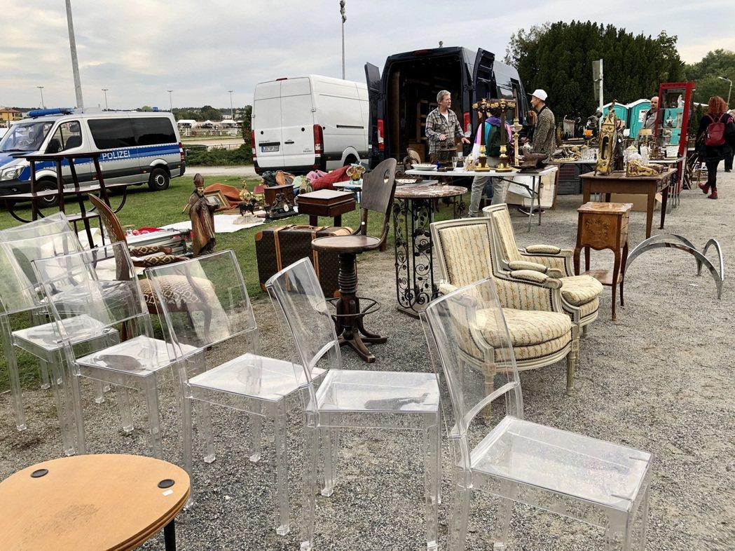 Philippe Starck透明椅的賣家就是從法國駕著貨車遠道而來。 圖/許育...