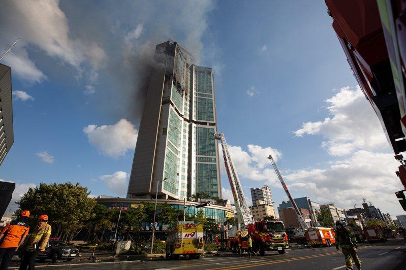 南韓蔚山一棟33層樓大樓,8日晚上起火幾乎延燒整棟大樓,消防人員救出所有受困者。歐新社