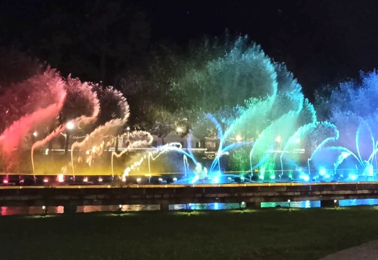桃園市慈湖紀念雕塑公園慶祝光輝十月,即日起到明年3月底,有水舞表演。 圖/市府觀...