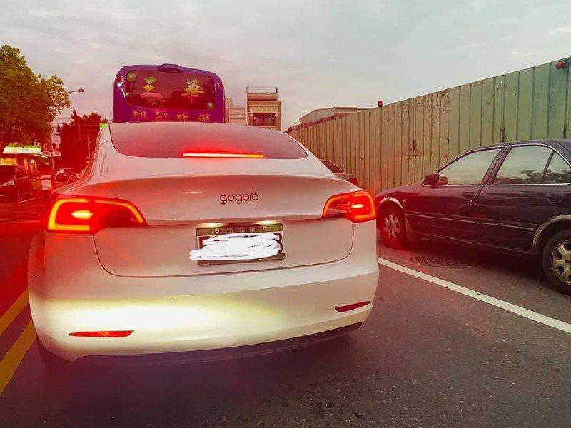 網友在路上看見四輪gogoro,拍下來po網問大家,這到底是什麼車?圖擷自爆廢公社。
