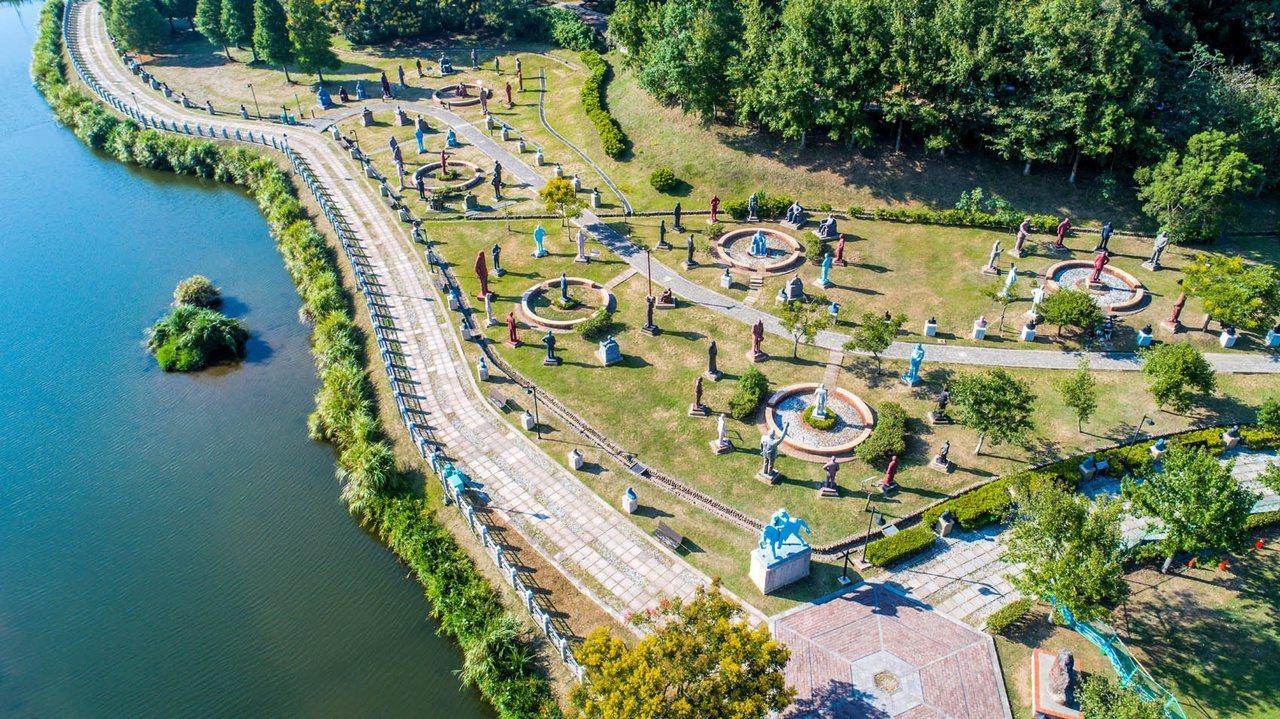 桃園市慈湖兩蔣紀念雕塑公園,保存兩蔣各種雕塑像吸引遊客。 圖/市府觀旅局提供