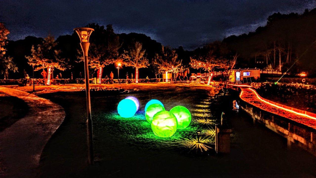 入夜後,慈湖公園的燈光表現不同的面貌。 圖/桃園市觀光旅遊局提供