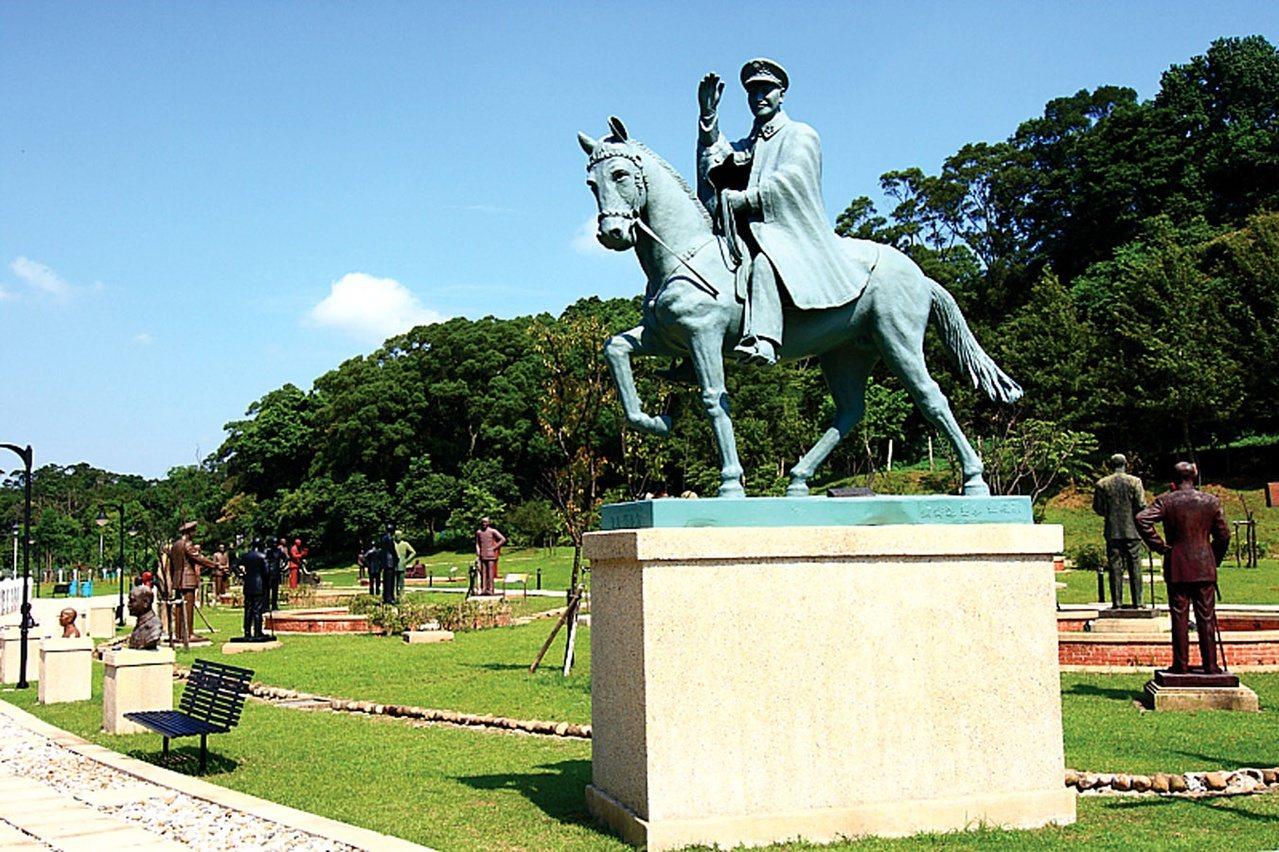 桃園市慈湖兩蔣紀念雕塑公園,保存兩蔣各種雕塑像,吸引遊客。 圖/市府觀旅局提供