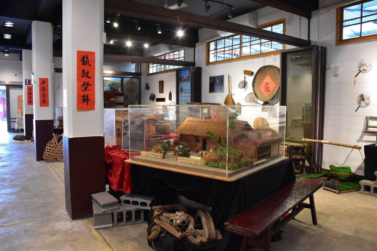 好客藝術村長期展出歷史文化舊物,吸引遊客欣賞。 圖/王思慧 攝影