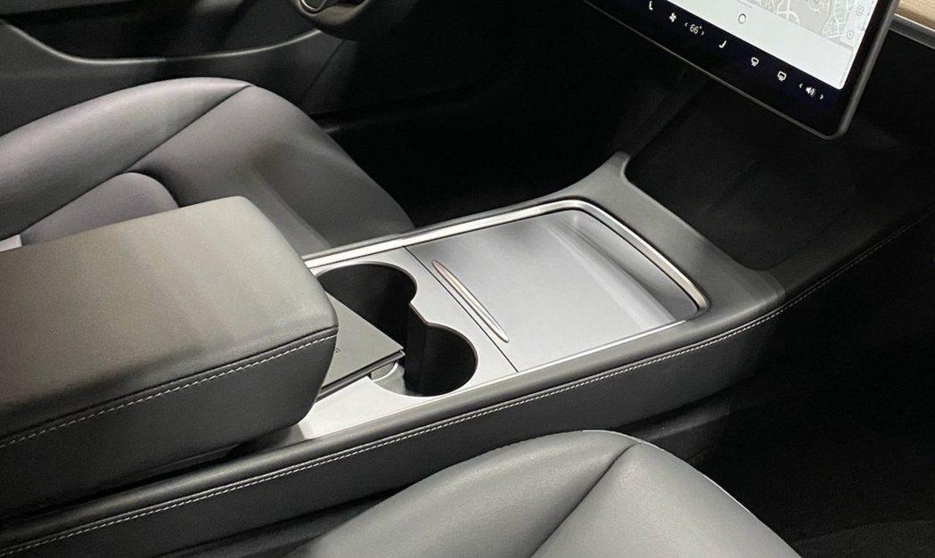 新款Model 3中控台為消光霧銀材質和滑蓋式置物蓋。 摘自@jstesla