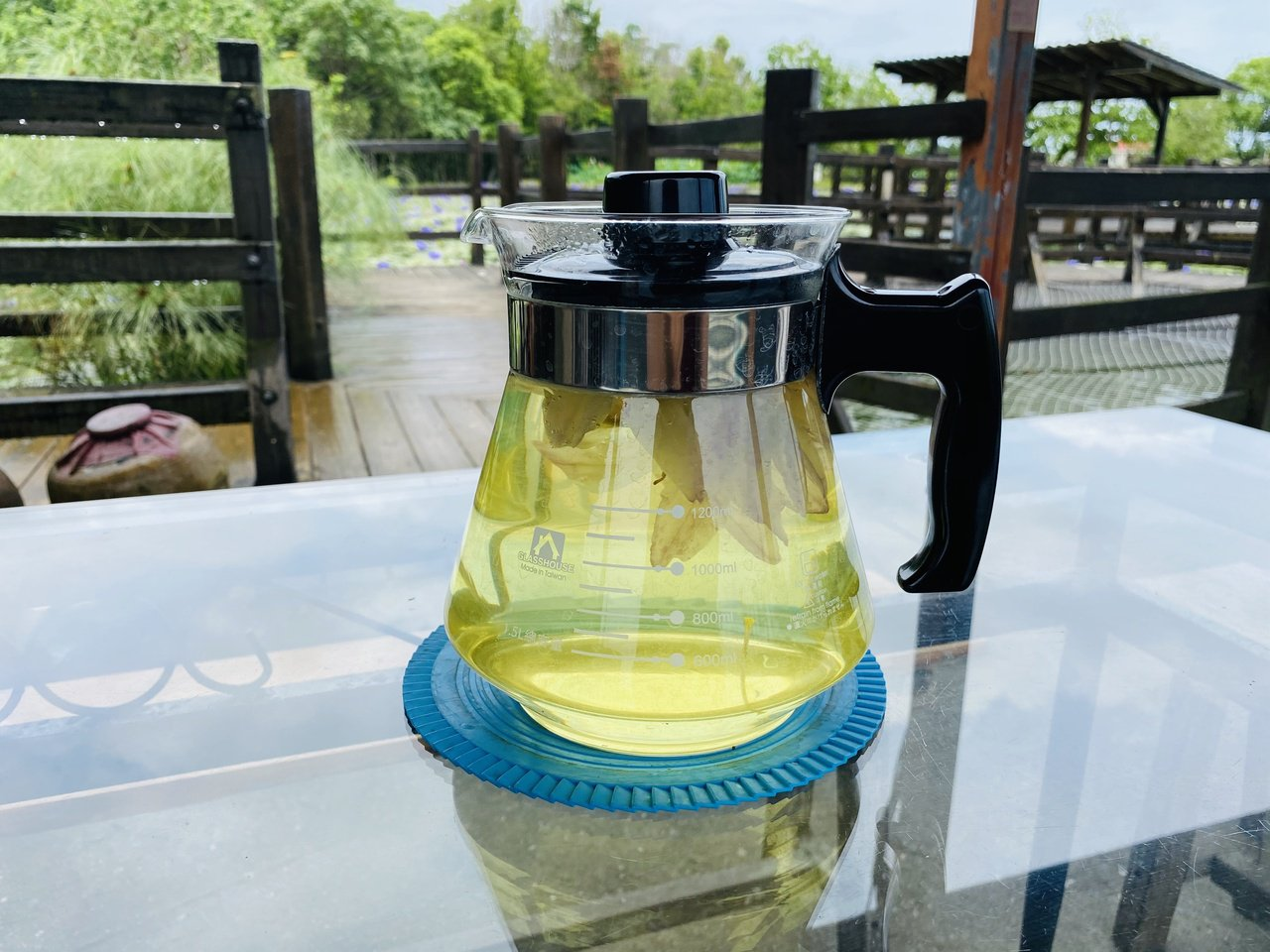 蓮成蓮花園老闆免費提供蓮花茶,讓人享受愜意時光。 圖/王思慧 攝影