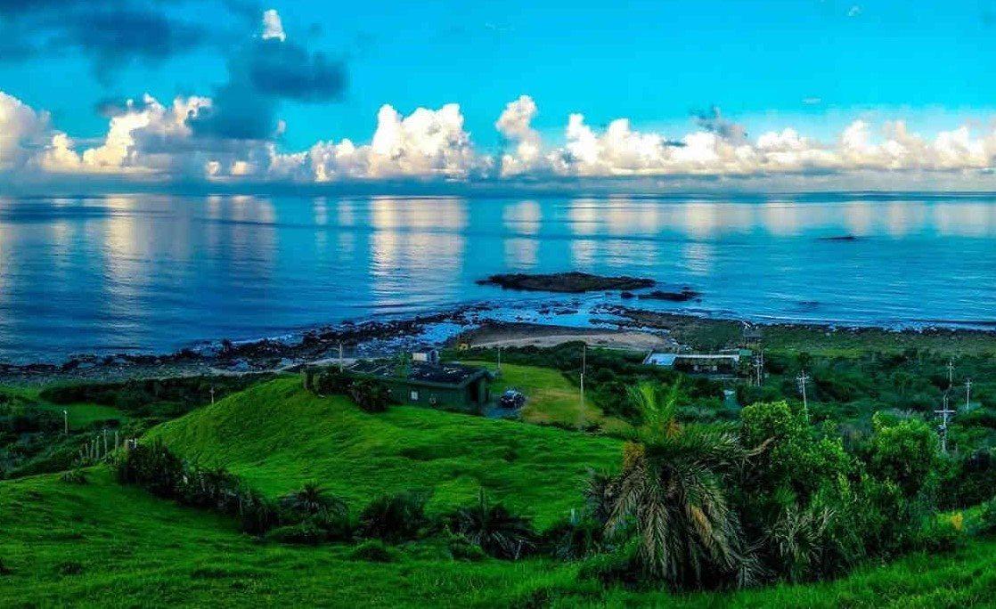 鼻頭草原綠意盎然的大片草地、壯闊海岸線和藍天白雲,讓人心曠神怡,忘卻煩憂。 圖/...