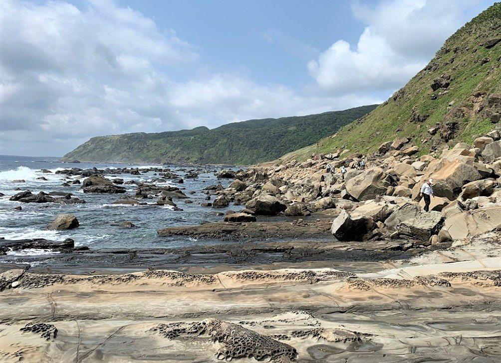 墾丁國家公園南仁山生態保護區南側的溪仔口海岸,有礫灘、珊瑚礁和鬼斧神工的海岸侵蝕...