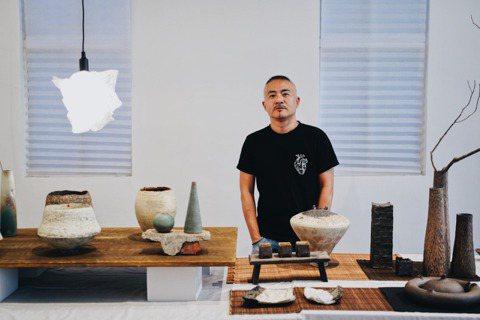 香港藝術家羅士亷在台北舉辦依伴〈Being There〉個展,展出逾60件作品。...