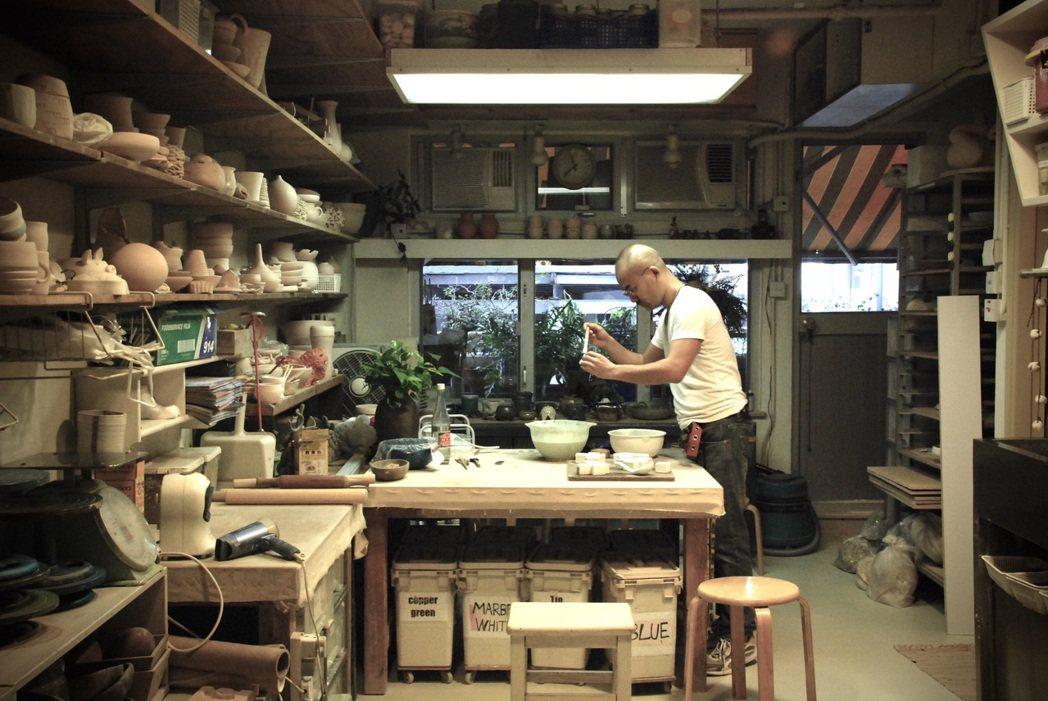 羅士亷在香港教陶藝、個人創作超過30年,並參與多國駐村藝術家計畫。 圖/羅士亷提...
