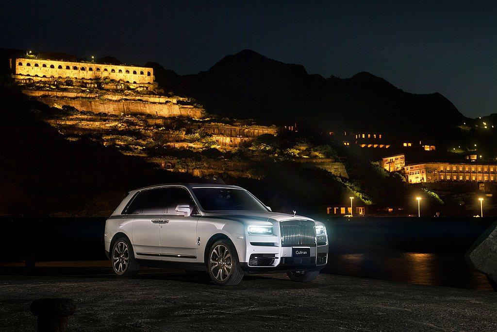 夜晚點燈的十三層遺址,金碧輝煌與寧靜的氛圍與勞斯萊斯相得益彰。 圖/Rolls-...