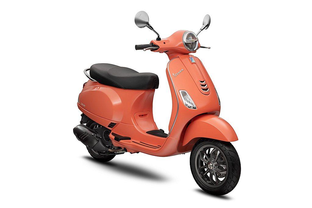 「珊瑚紅Red Corallo」,是偉士牌針對女性車主特別推出的粉橘車色,選用珊...