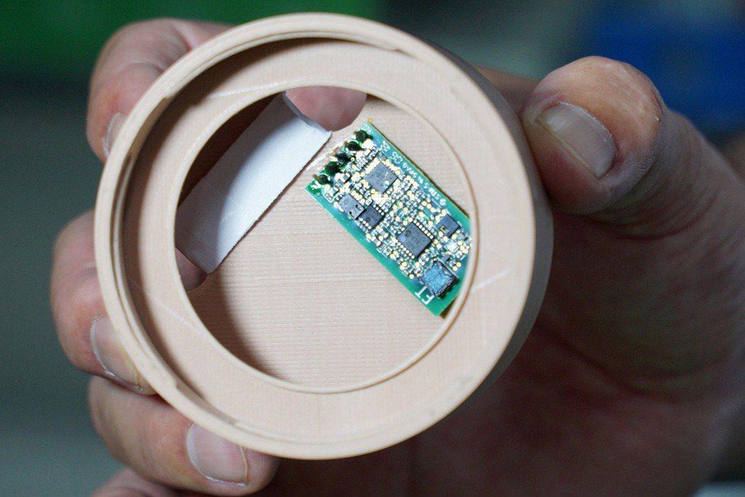 大葉大學研發的「無菌培養器的整合感測模組」,瓶蓋內部也有感測器。 校方/提供。