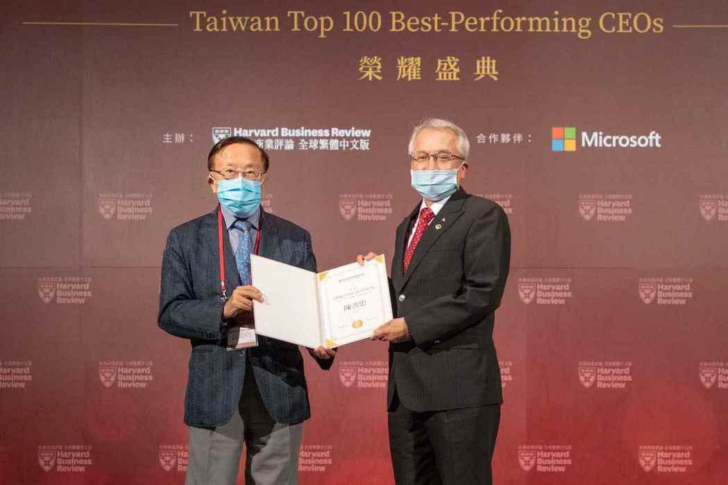 哈佛商業評論全球繁體中文版董事長高希均(左)頒發「台灣CEO100強」獎給上海商...