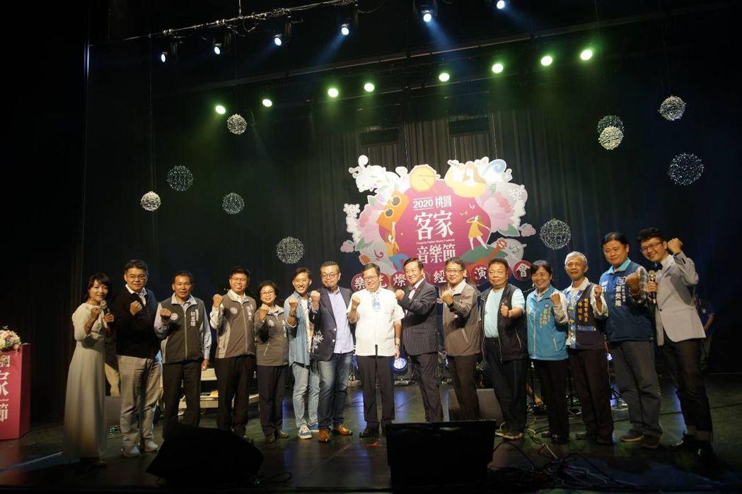 鄭文燦市長(右八)、客家事務局代理局長戴興達(右六)與多位貴賓出席客家音樂節。
