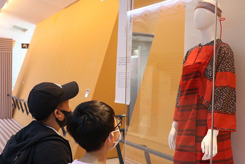 霧社群新娘禮服,融合賽德克與日本風格。 十三行博物館/提供