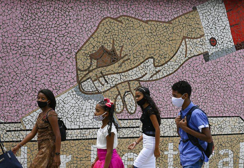 印度疫情直逼美國,確診破700萬例,截至目前為止,全球至少107萬4985人死於新冠肺炎,超過3736萬3585人確診。 圖/美聯社