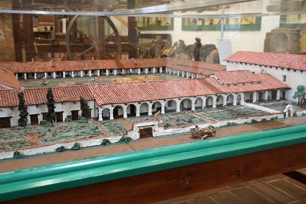當時的教會大多以長方形的形式建造,長廊則成為可以遮雨擋陽光的特別功能。San Miguel 連接教堂的長廊有12個拱門,皆為不同大小形狀是其特色之一。
