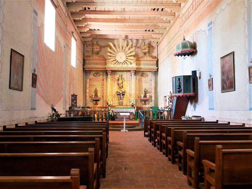 San Miguel 還有一個特色,教堂內的壁畫為21間教會中少見的原始作品。許多的教會都在修復當中,San Miguel 也是,不過慶幸的是這些壁畫還保存完好。當時的西班牙外交官 Esteban Carlos Munras 代領當地 Salinan 族的印地安人完成的新古典主義風格的裝飾。