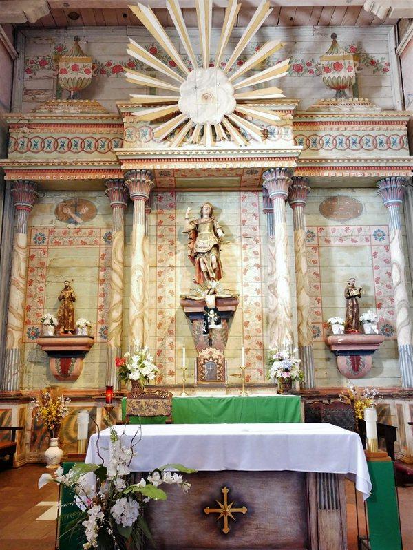 祭壇上方一朵發光的雲,中間有一隻眼睛,那是看透一切的上帝之眼 (All-seeing Eye of God)。後面的牆壁有著印地安人彩繪的精美壁畫。