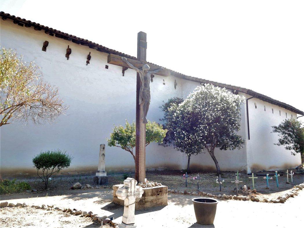 墓園位於教堂旁,埋葬了超過2000名的印地安人和唯一葬在這裡的牧師 Joseph Mut 牧會時間為1886-1889年。