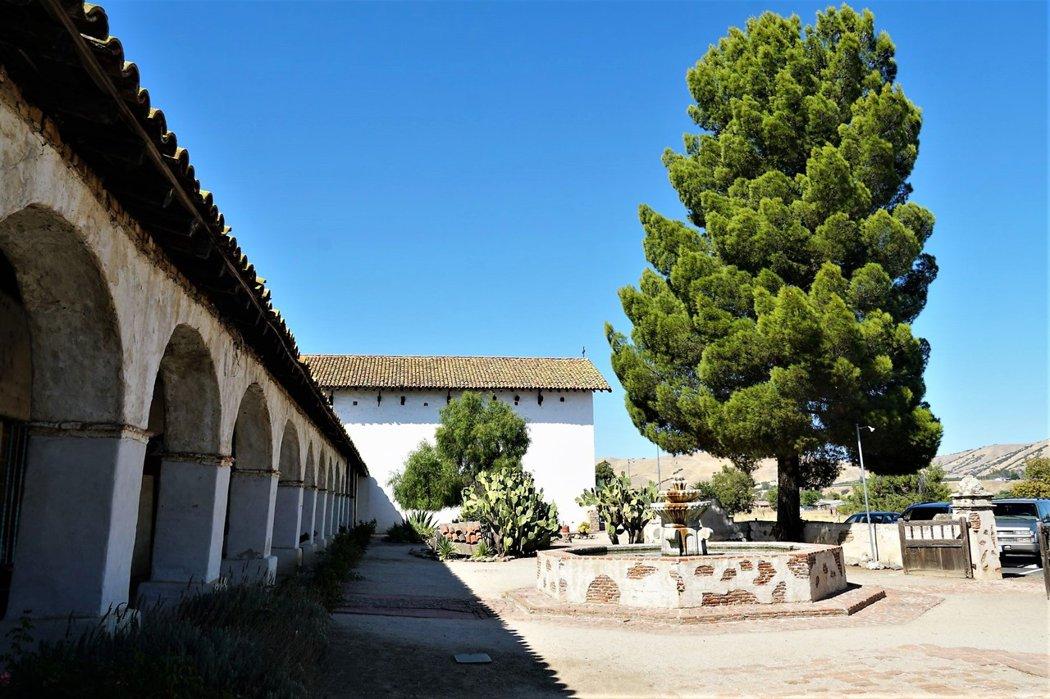 廣場上的噴泉並不是原始的 (建於1940s年代), 但是仿造古法土磚而建,與200多年的教會建築和諧並存。