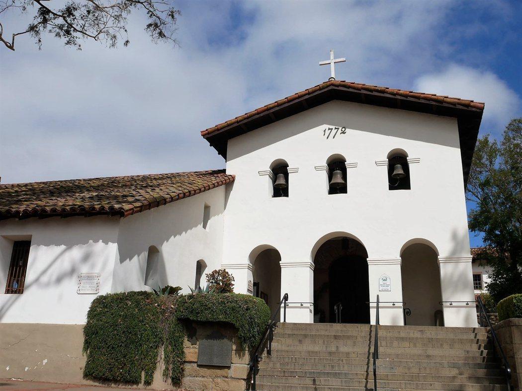 San Luis Obispo 教堂,牆上的3個鐘,至今仍然使用。這3個鐘分別為:快樂、榮耀、悲傷 (Joy Bell、Gloria Bell、Sorrow Bell),他們分別的音律為C#,A和E。2005年時增加了新的5個不同音律的鐘,更增添了演奏的豐富性。