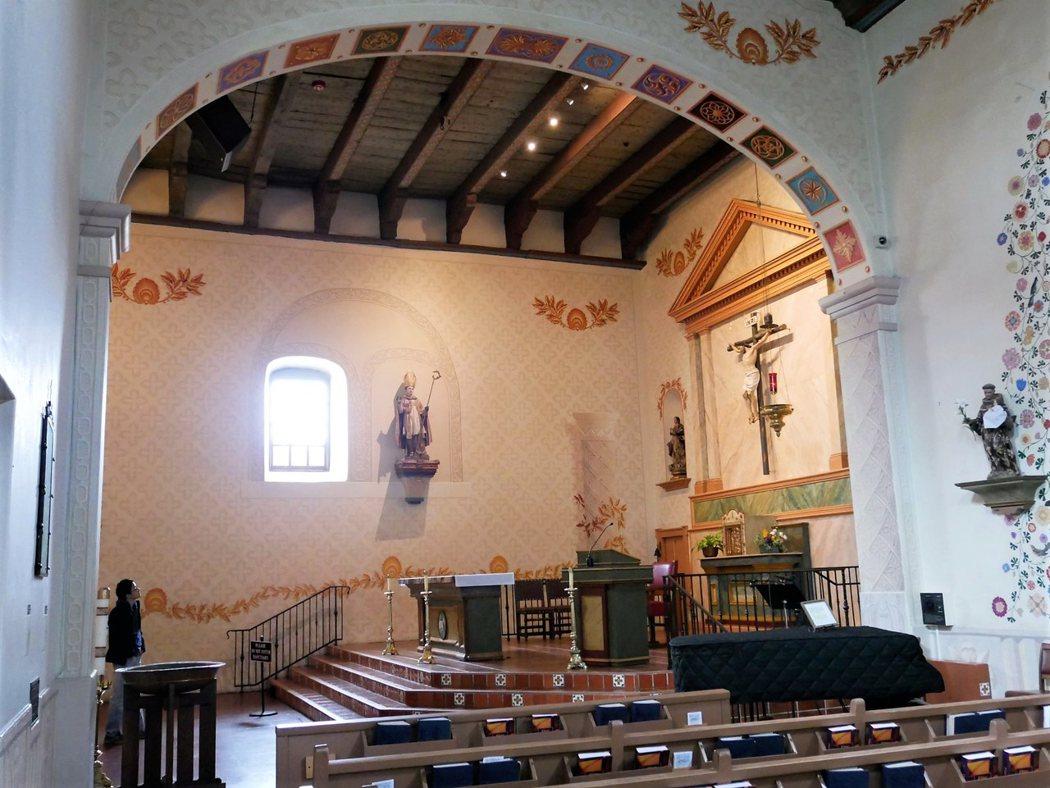 教堂內已經沒有原始的裝飾,但是仿造原始的創作藝術。