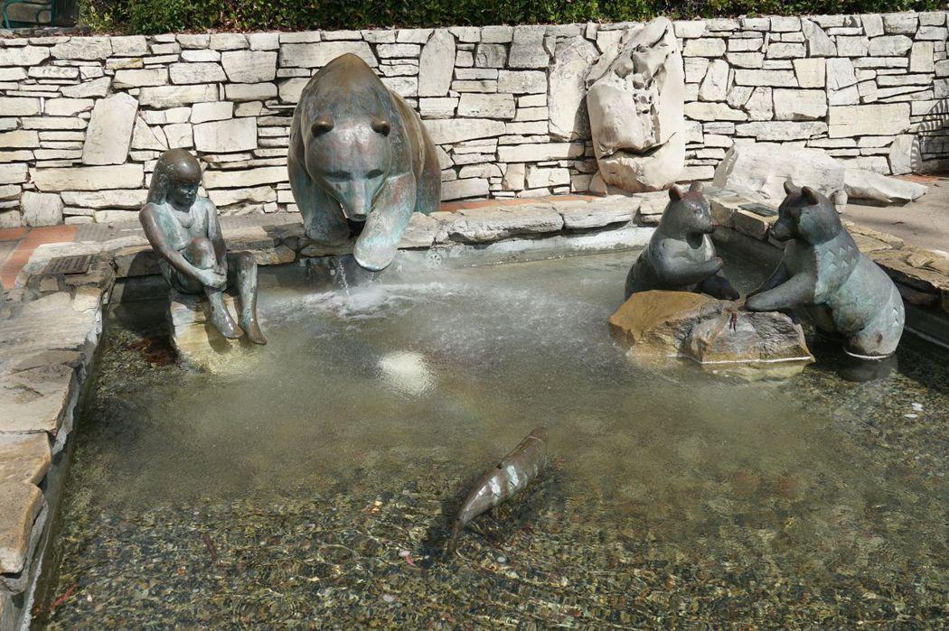 灰熊池塘,西班牙人佔領時發現這裡有很多的灰熊,因此稱這𥚃為熊的山谷 (Valley of the Bears)。