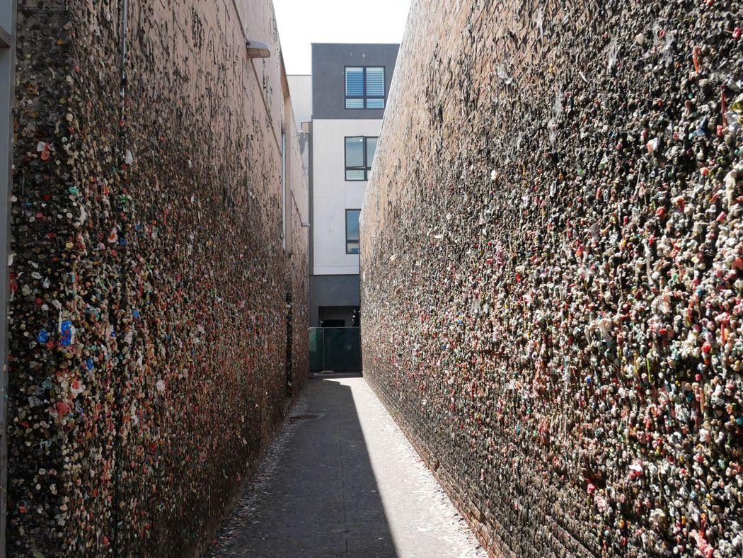 能想像這是什麼嗎?和西雅圖一樣,這𥚃也有口香糖巷。牆上黏著滿滿咬過的口香糖,我們沒有一個人可以在這停留一分鐘以上。
