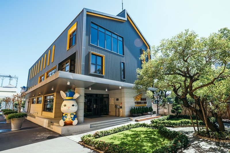 大使館以鐵灰色建築搭配明亮橘黃色窗框,可愛大兔子坐鎮門口。 攝影/Ray