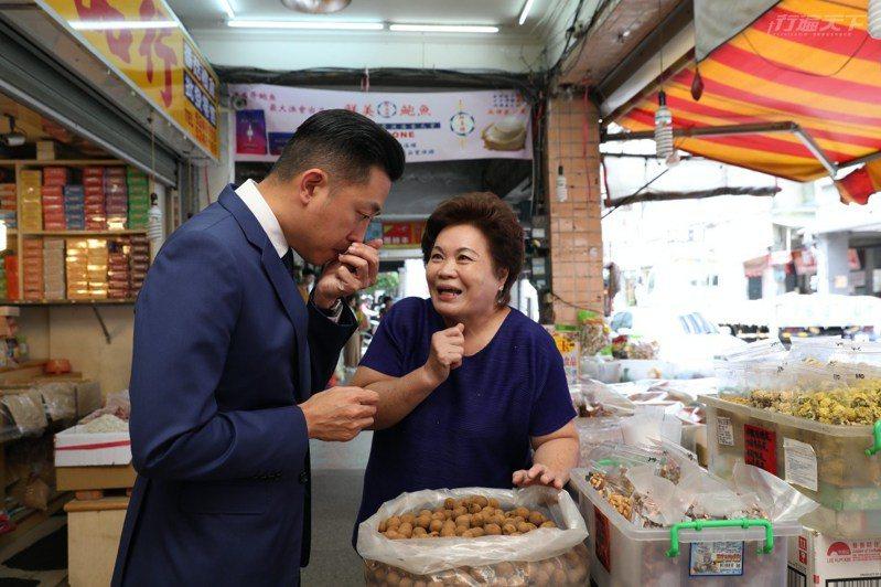跟著市長走逛時,沿途店家的阿姨、叔叔,不斷攔下市長閒話家常,就像認識許久的老鄰居。